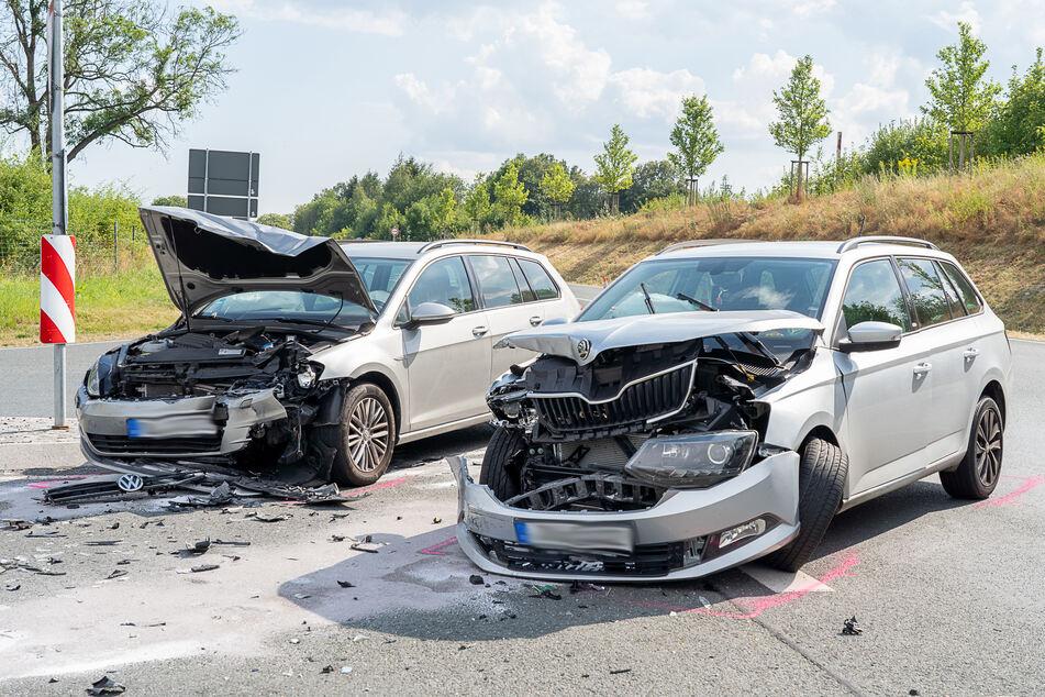 Crash auf der S299 bei Auerbach! Ein VW und ein Skoda krachten am Montag auf der Staatsstraße zusammen.