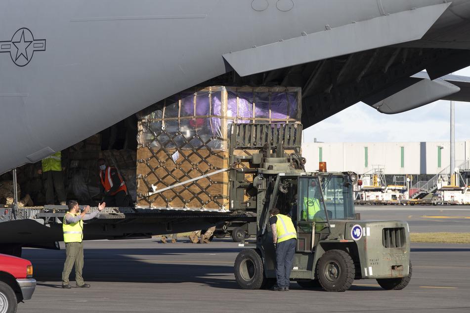 Bodenpersonal verlädt Fracht auf eine C-17 der U.S. Air Force für den ersten Flug der Saison zur McMurdo-Station in der Antarktis vom Flughafen Christchurch.
