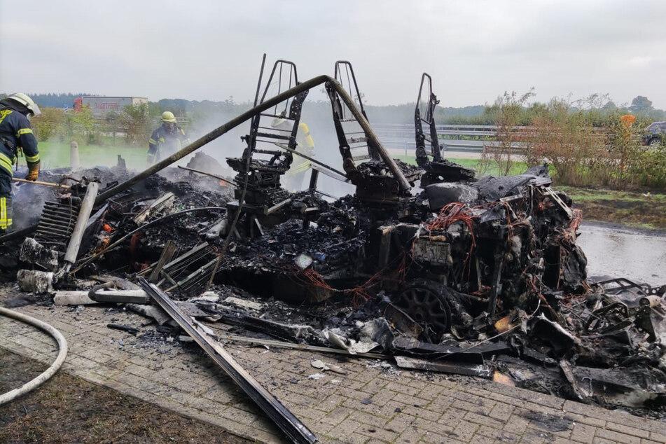 Explosionsgefahr auf der A1: Wohnmobil brennt komplett aus!