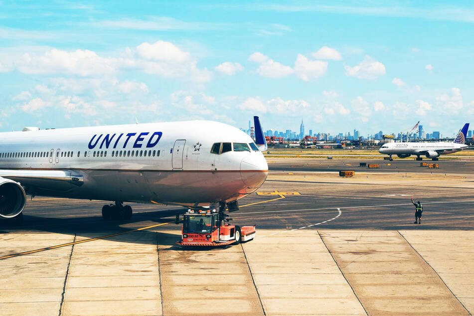 Zwei Flugzeuge von United Airlines auf einem Flughafen-Vorfeld.