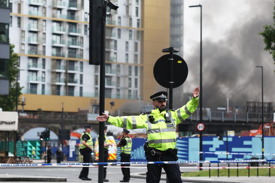 Polizisten richten einen Sicherheitsbereich um einen Brand in der Nähe des Bahnhofs Elephant and Castle ein.