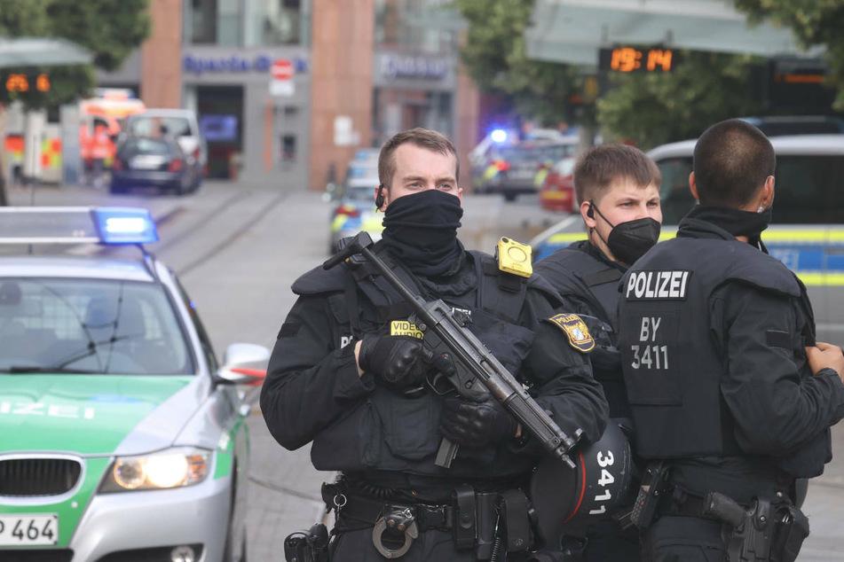 Einsatzkräfte der Polizei schützen die Würzburger Innenstadt nach der tödlichen Messerattacke.