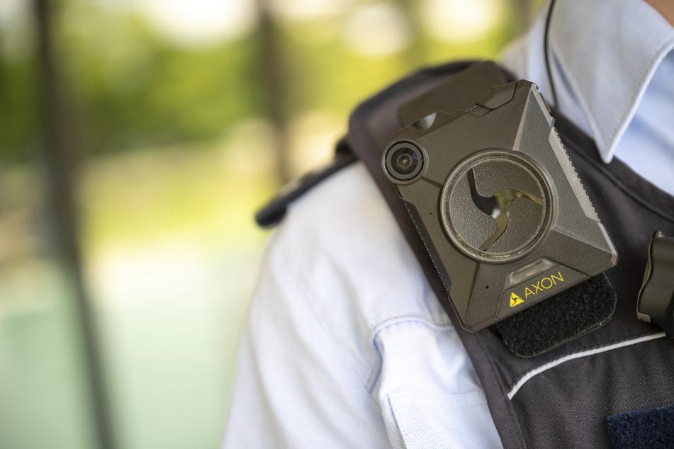 Ein Polizeibeamter trägt eine Bodycam.