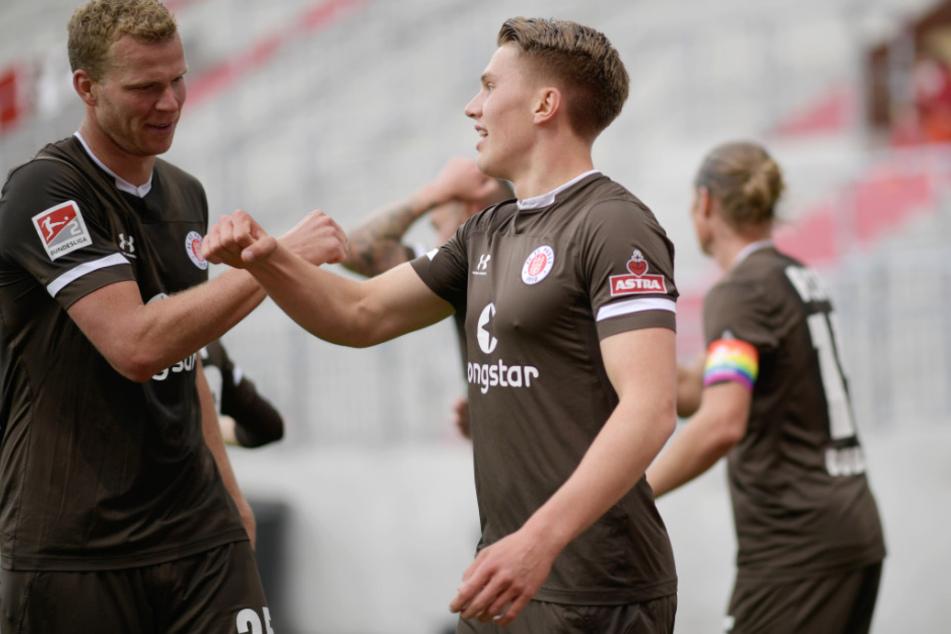 St. Paulis Viktor Gyökeres (M) bejubelt sein Tor zum 1:0 mit St. Paulis Henk Veerman.