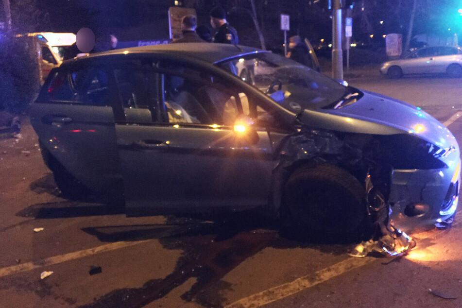 Kreuzungs-Crash in Fennpfuhl: VW schleudert in Böschung