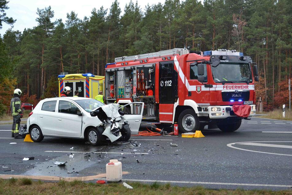 Die Feuerwehr rückte zu dem Unfall bei Hoyerswerda aus, da unter anderen mehrere Betriebsmittel ausliefen.