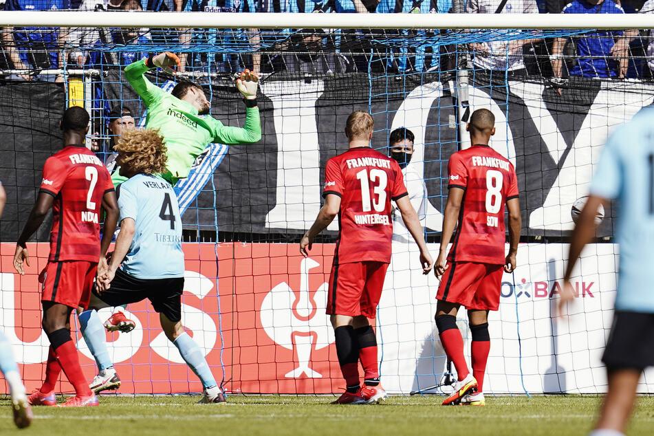 Den ersten Dämpfer gab's für die SGE direkt im ersten Pflichtspiel: In der ersten Runde des DFB-Pokals folgte umgehend das peinliche Aus bei Waldhof Mannheim.