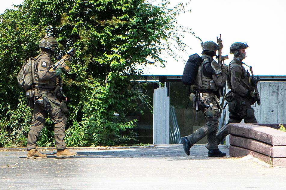 Mehrere Polizisten, unter anderem Spezialkräfte, rückten zur Dr.-Theo-Schöller-Schule in Nürnberg aus.
