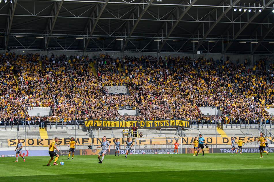 Die Heimfans der Elbstädter im Rudolf-Harbig-Stadion gegen Paderborn am 5. Spieltag. Bei der 3G-Regelung hat ein negativer Corona-Test gereicht.