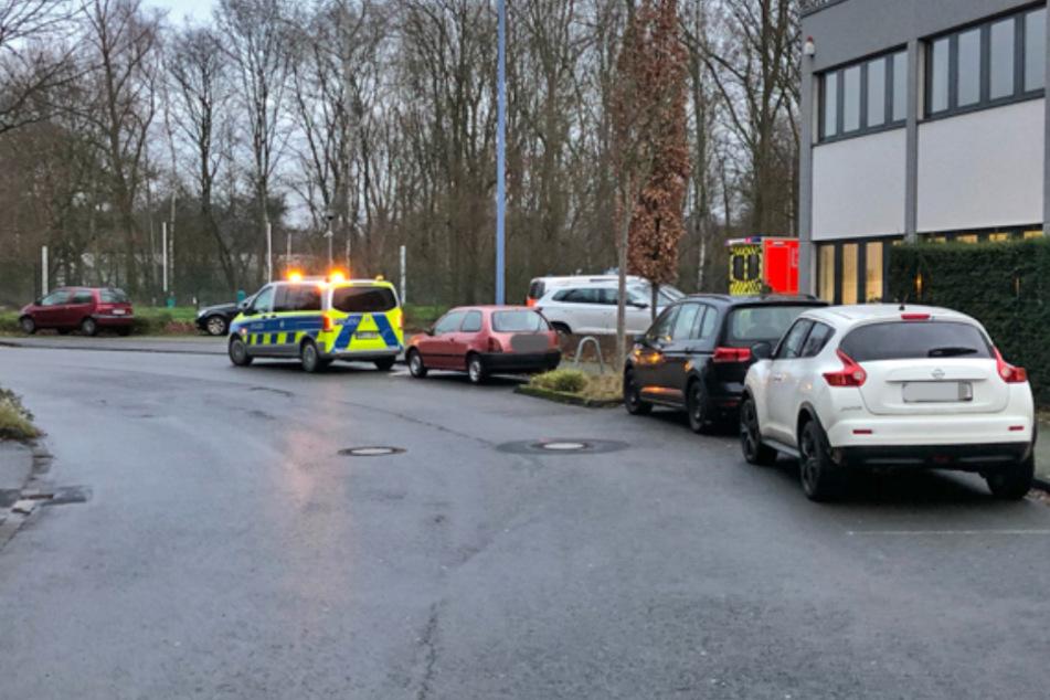 Die Polizei sucht nach einem Unbekannten, der in Langenfeld eine Kölnerin umgefahren hat und dann einfach geflüchtet ist.