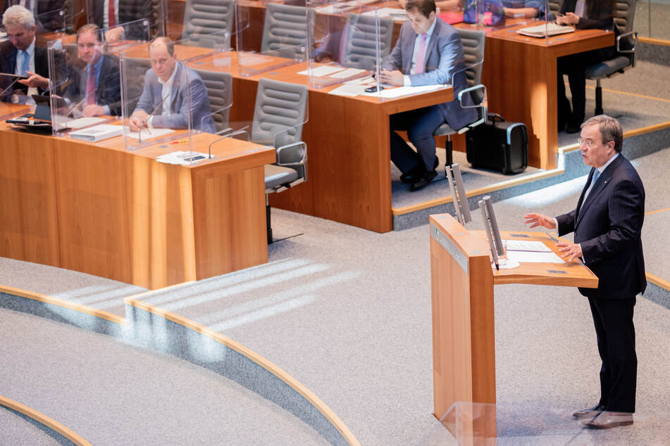 Armin Laschet spricht im Plenum des Landtags.