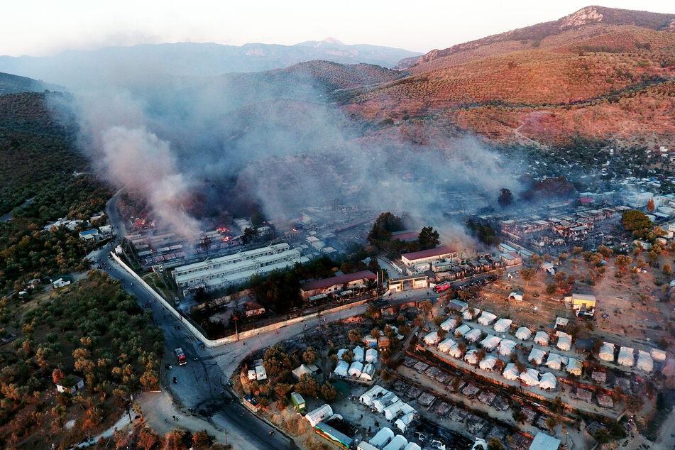Rauch steigt aus Container-Häusern und Zelten im Flüchtlingslager Moria.