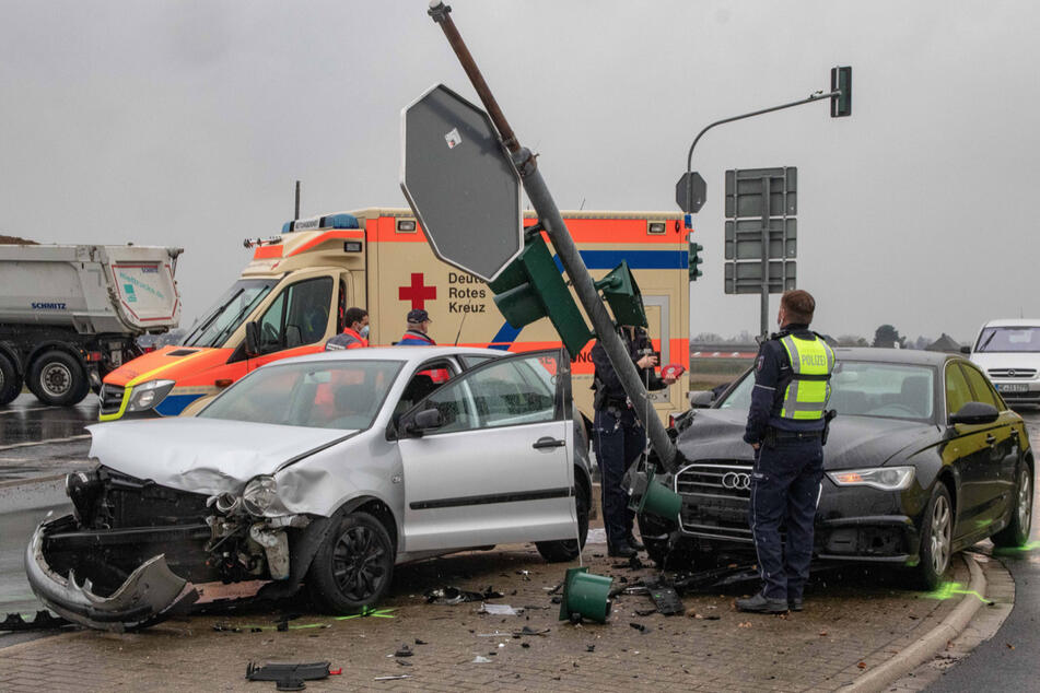Zwei Autos krachten bei dem Unfall in Neuss-Hoisten zusammen, zwei Menschen wurden verletzt.