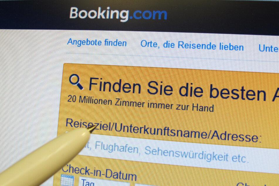 Auf einem Computer-Bildschirm ist eine Internetseite des Online-Buchungsportals Booking.com zu sehen.
