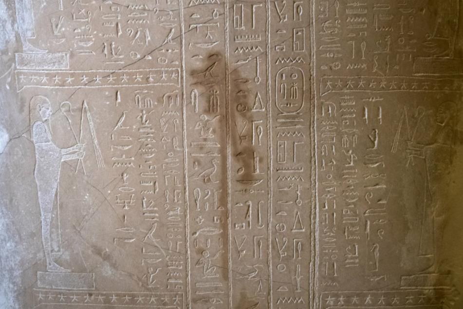 Spuren der Sachbeschädigungen an einem Sarkophag des Propheten Ahmose sind im Neuen Museum zu sehen.
