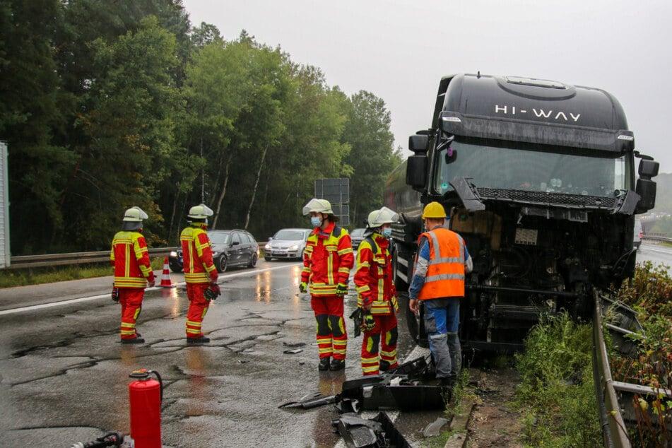 Nachdem ein Reifen geplatzt war, krachte der Lkw in die Mittelplanke.