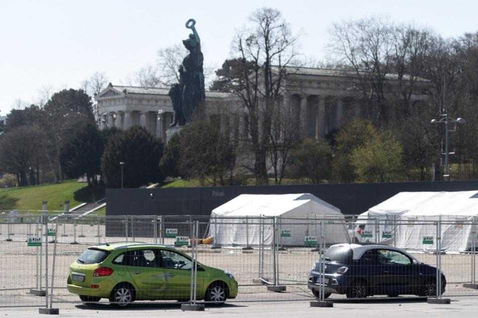 Autos stehen an der Drive-in-Teststation auf der Theresienwiese für Menschen mit Covid-19-Verdacht an.