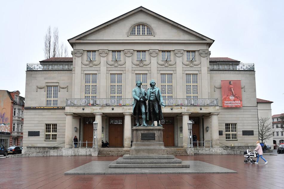 Vor dem Deutschen Nationaltheater in Weimar (DNT) steht ein Goethe-Schiller-Denkmal.