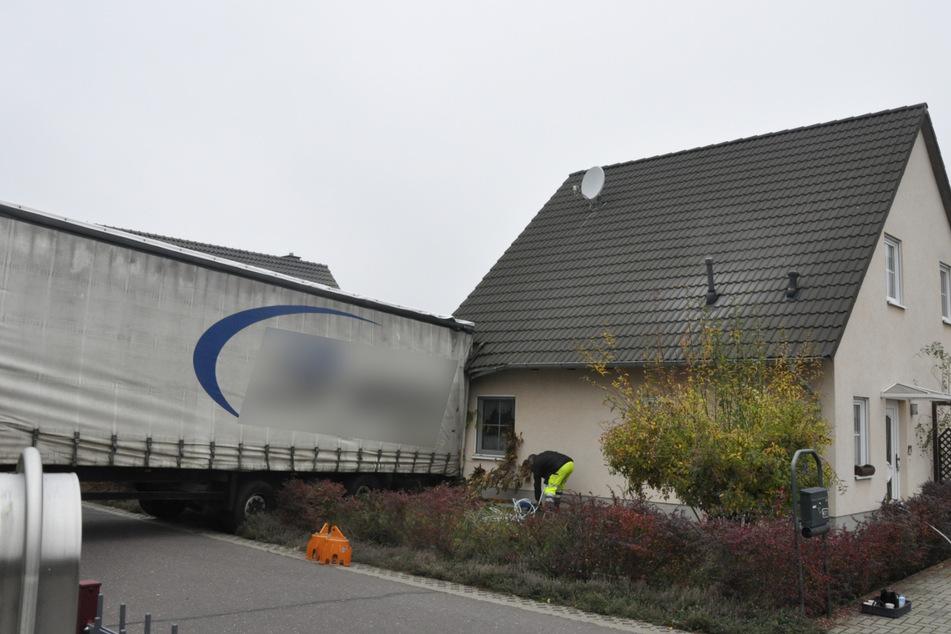 Der Lastwagen knallte gegen ein Wohnhaus.