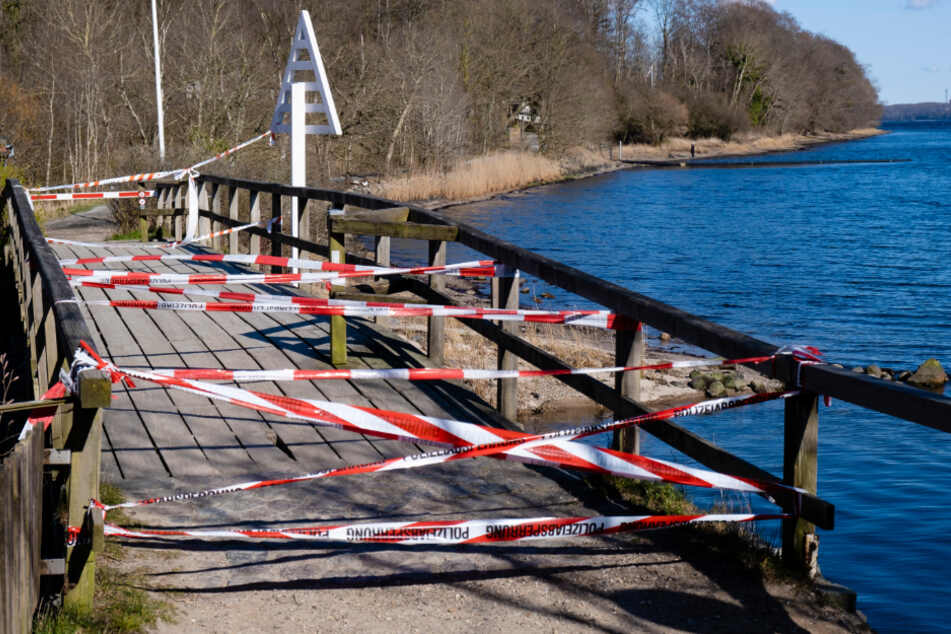 Die Grenze zwischen Dänemark und Deutschland ist teilweise nur mit Absperrband gesichert wie hier in Flensburg. (Archivbild)
