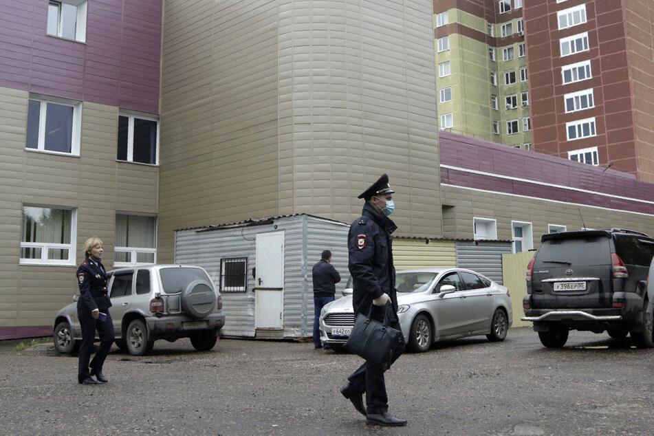 Polizisten patrouillieren vor der Intensivstation eines Krankenhauses, in dem Oppositionspolitiker Nawalny behandelt wird.