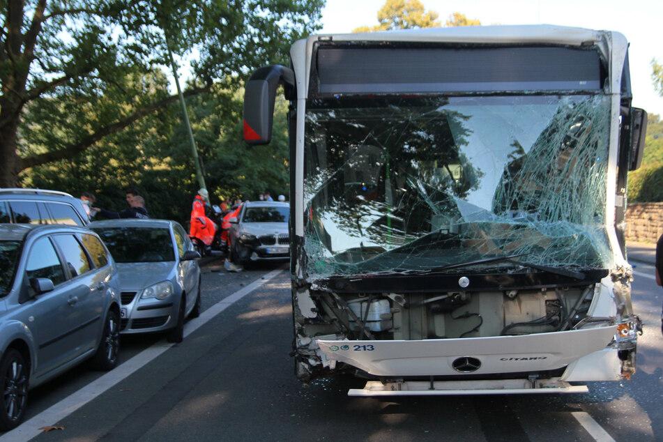 Bei dem schweren Verkehrsunfall in Hagen wurden mindestens zwölf Menschen verletzt.