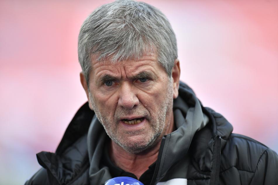 1. FC Köln-Coach Friedhelm Funkel betrachtet die Entwicklung auf dem Trainer-Markt mit hohen Ablösesummen argwöhnisch.