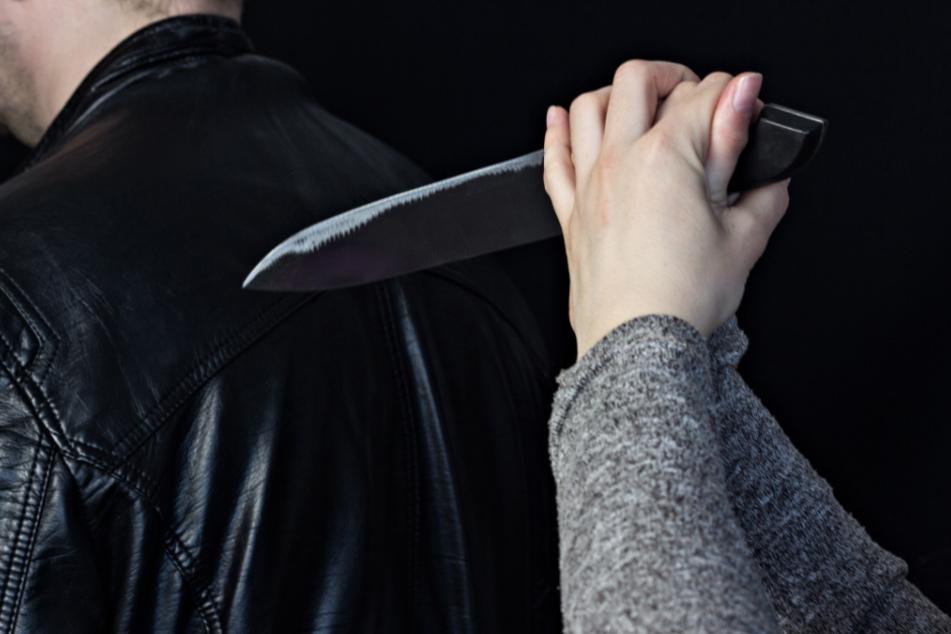 Mann macht mit Freundin Schluss: Wenig später taucht er mit Messerstichen im Rücken in Klinik auf