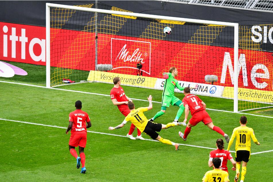Der pure Wille: Marco Reus (3.v.l.) hämmert das Leder zur 1:0-Führung für Borussia Dortmund in die Maschen.