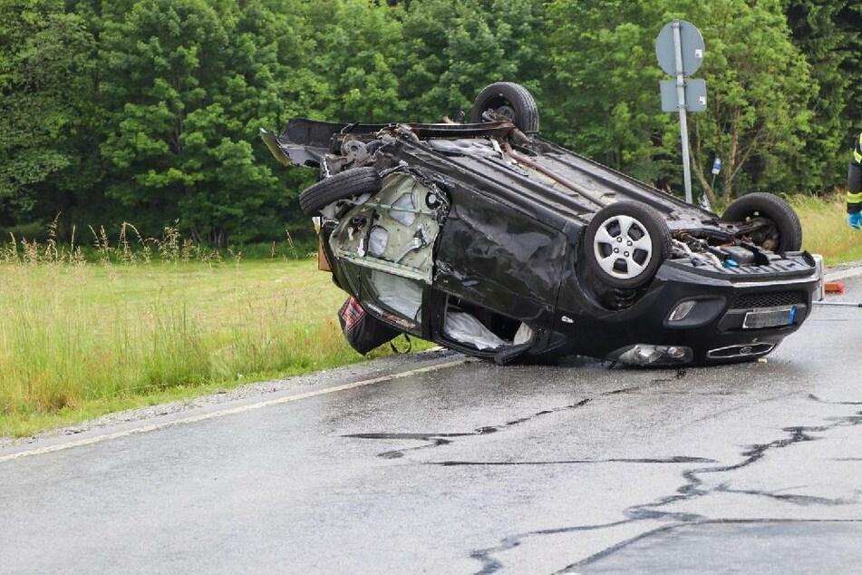 Kleintransporter rast frontal in Auto, schleudert gegen weitere Fahrzeuge! Fünf Personen verletzt
