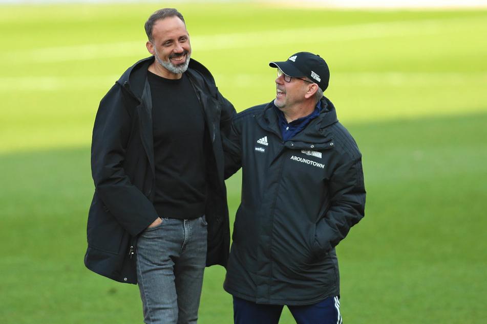 Union-Coach Urs Fischer (55, r.) hat nach dem 2:1-Sieg gegen den VfB Stuttgart gut Lachen und unterhält sich entspannt mit Gästetrainer Pellegrino Matarazzo (43).
