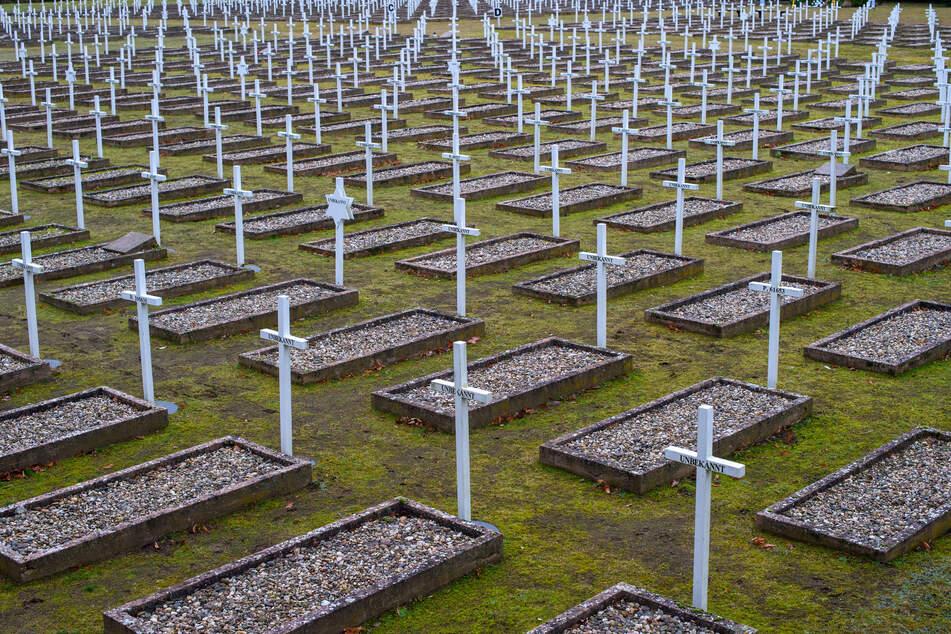 Das Gräberfeld auf der Gedenkstätte Feldscheune Isenschnibbe bei Gardelegen. In der Nacht zum 14. April 1945 hatten Nationalsozialisten Häftlinge der Außenlager Mittelbau-Dora und Neuengamme in der Scheune eingesperrt und diese niedergebrannt.