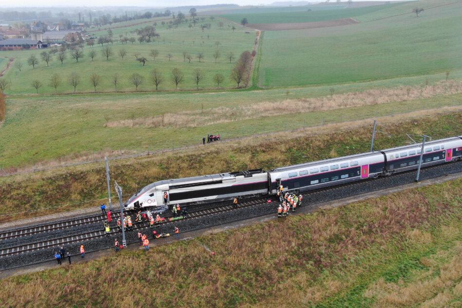 Ein teilweise entgleister TGV-Hochgeschwindigkeitszug liegt nördlich von Straßburg auf der Strecke nach Paris.