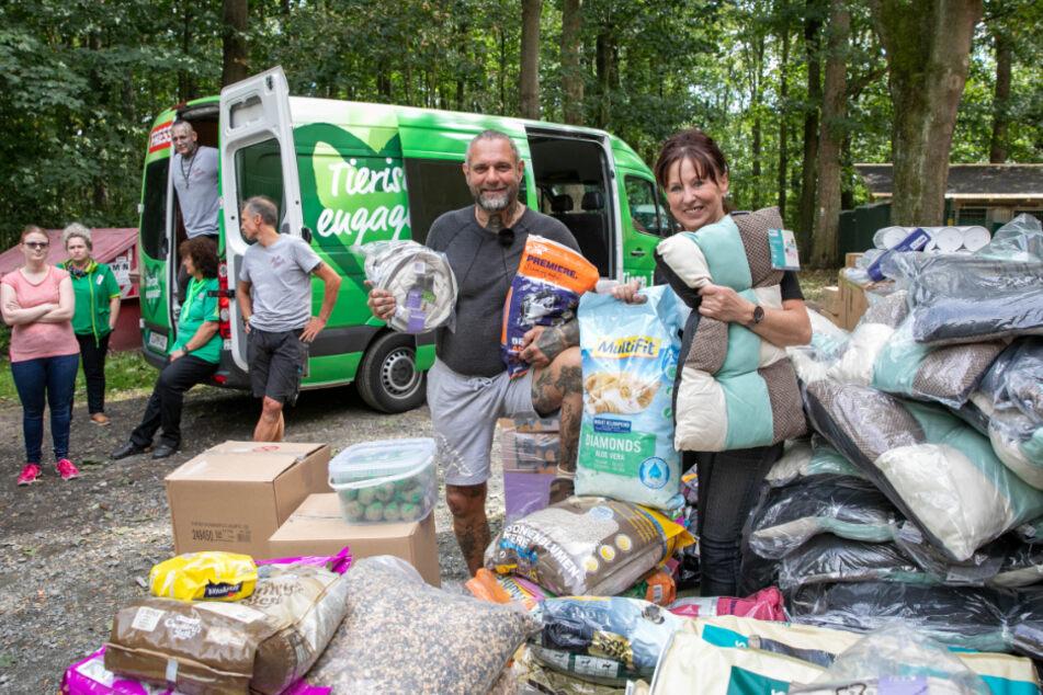 Auch eine große Spende gab's für die Vierbeiner - ein ganzer Transporter voll Futter und Spielzeug.