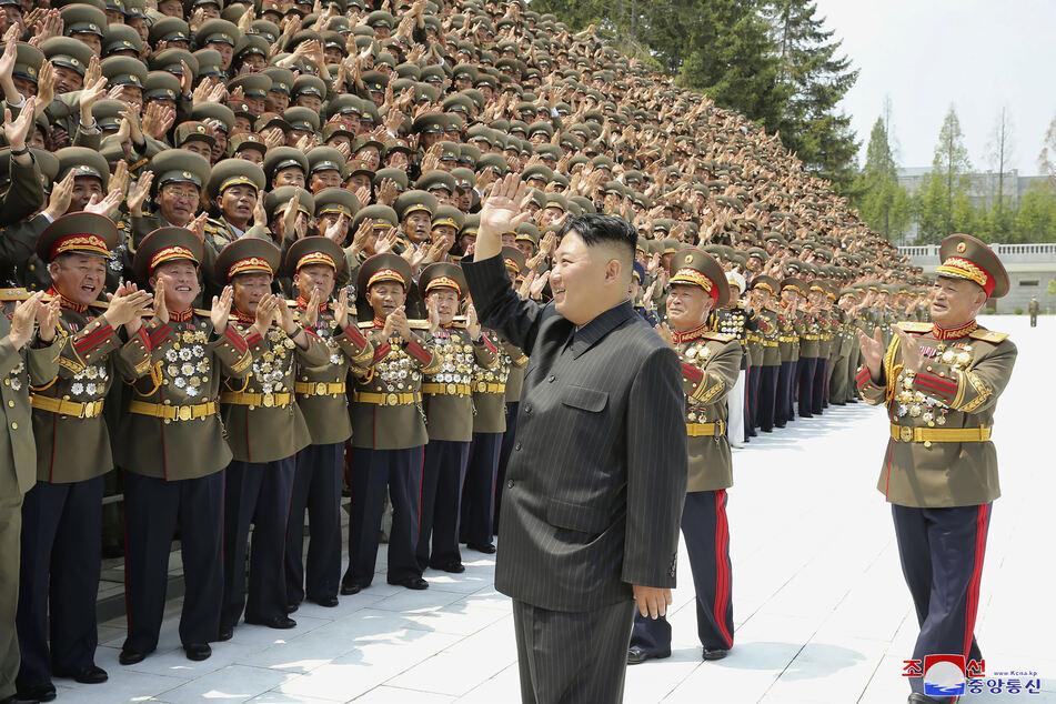 Auf diesem von der nordkoreanischen Regierung zur Verfügung gestellten Foto zeigt sich Kim Jong Un am 30.Juli (vorne,M, 37)inmitten von Befehlshabern der Streitkräfte. Von seiner Kopfverletzung fehlt jede Spur.