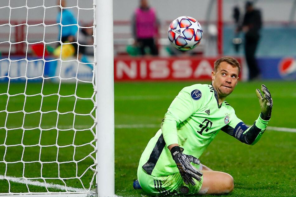 Bayerns Manuel Neuer (34) schaut einem Ball hinterher, der ins Seitenaus geht.