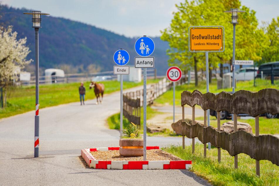 In Großwallstadt wurde ein neun Meter langer und 2,20 Meter breiter Fußweg gebaut, der Autos, Lastwagen und Motorräder ausbremsen soll.