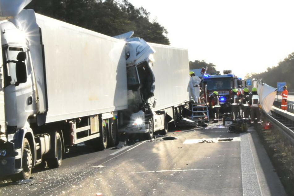 Lkw kracht in Stau-Ende: Ein Toter, zwei Schwerverletzte