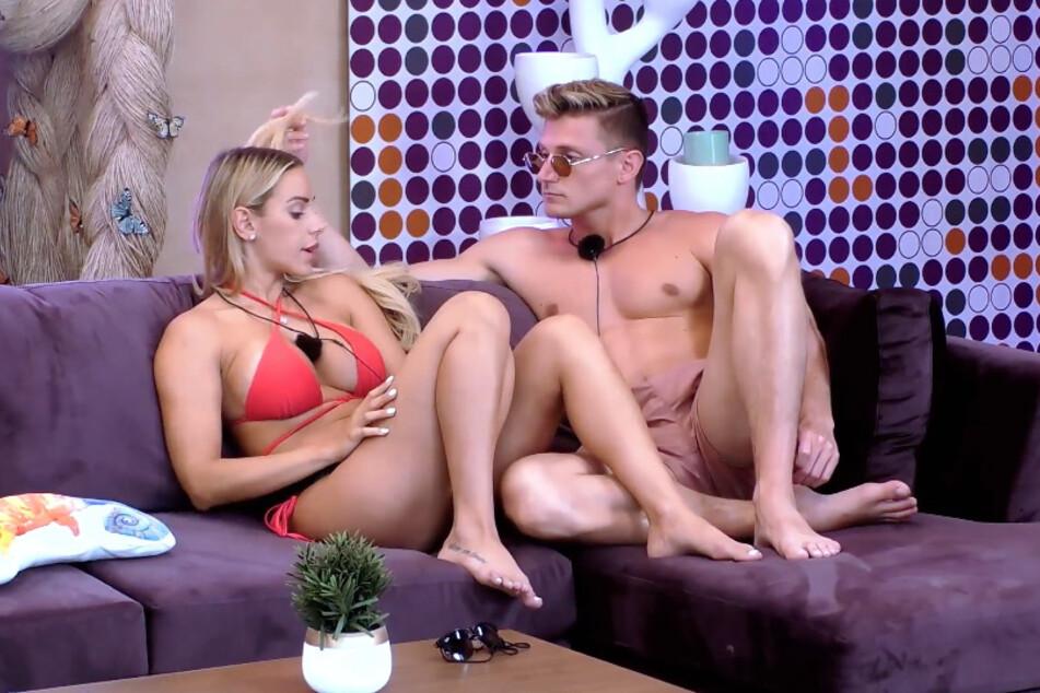 Tommy (25) kann sich nicht auf Vanessa (28) einlassen, weil er immer an die ausgezogene Sandra (28) denken muss. Nochmal kurz durchs Haar fahren geht aber voll klar...