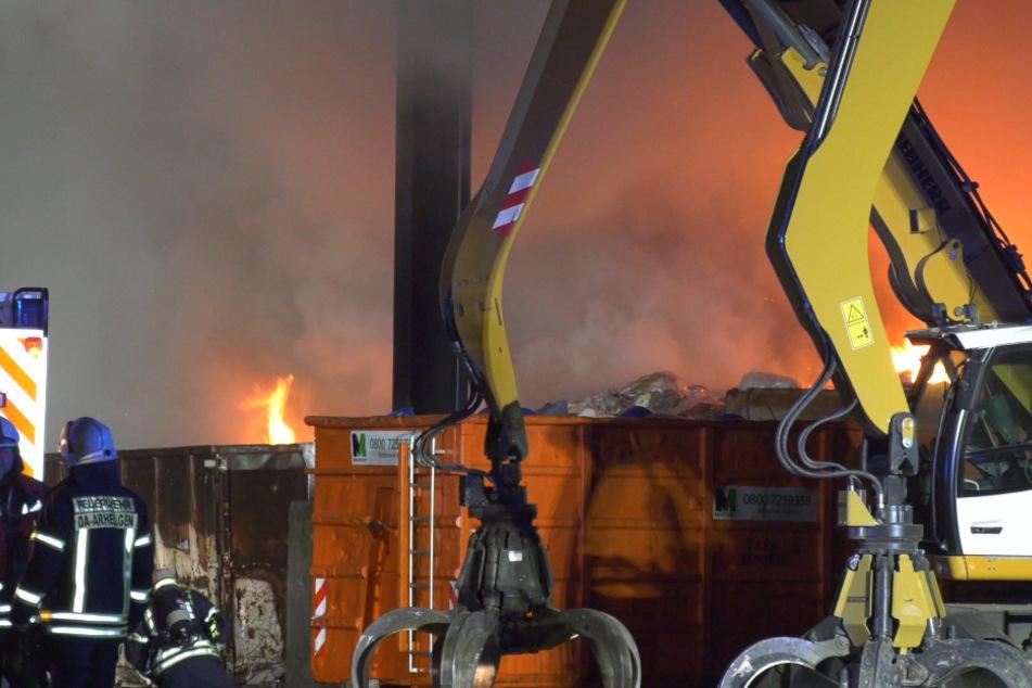 Flammenhölle auf Recyclinghof: Rauch vernebelt Industriegebiet