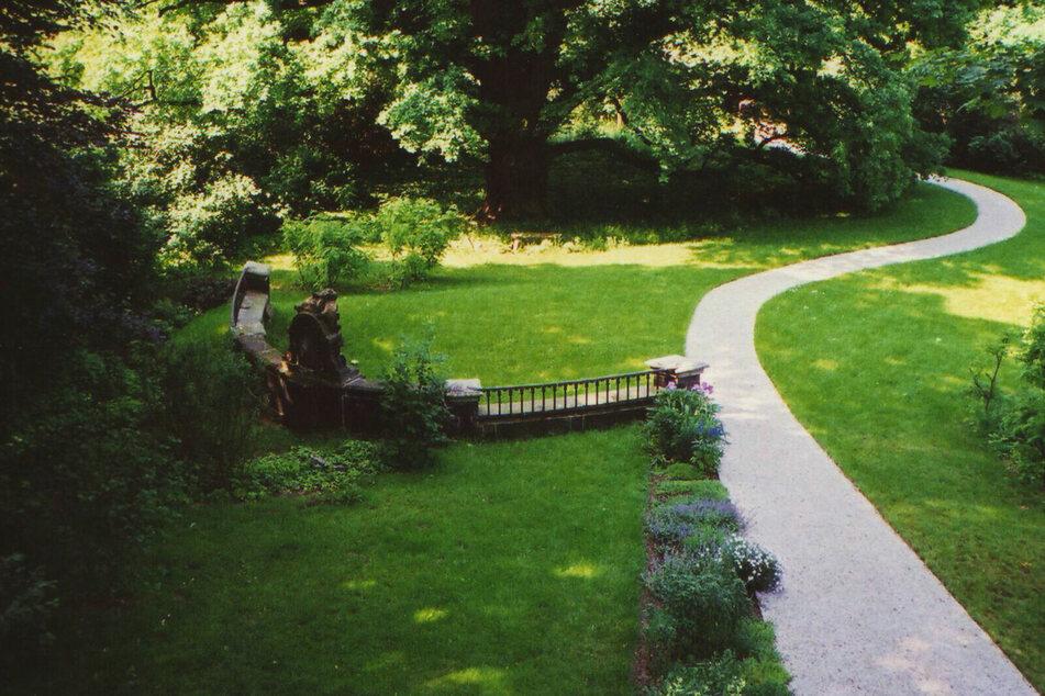 Im Garten steht noch immer ein Teil der Pöppelmann'schen Augustusbrücke.