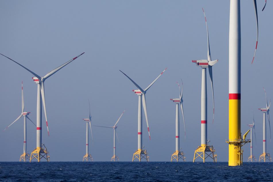 """Windräder des Windparks """"Wikinger"""" in der Ostsee vor Rügen drehen sich."""