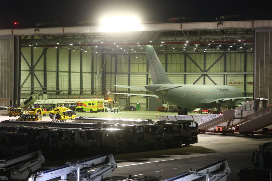 Der Flieger der Bundeswehr-Luftwaffe brachte mehrere Corona-Patienten aus Italien nach Hamburg.