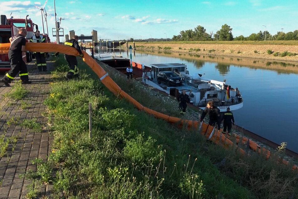 Die Kameraden legte eine Öl-Sperre um das Frachtschiff, um eventuelle Betriebsstoffe aufzufangen.