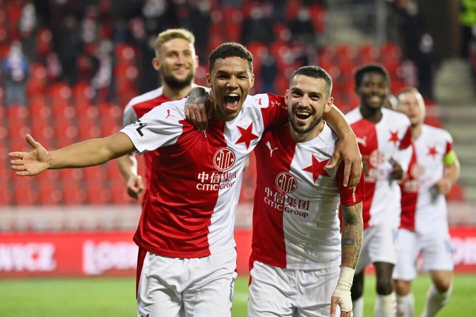 Alexander Bah (23, v.-l.) und der überragende rumänische Nationalspieler Nicolae Stanciu (27, v.-r.) feierten mit Slavia Prag einen 5:1-Kantersieg über den FC Viktoria Pilsen und die tschechische Meisterschaft.
