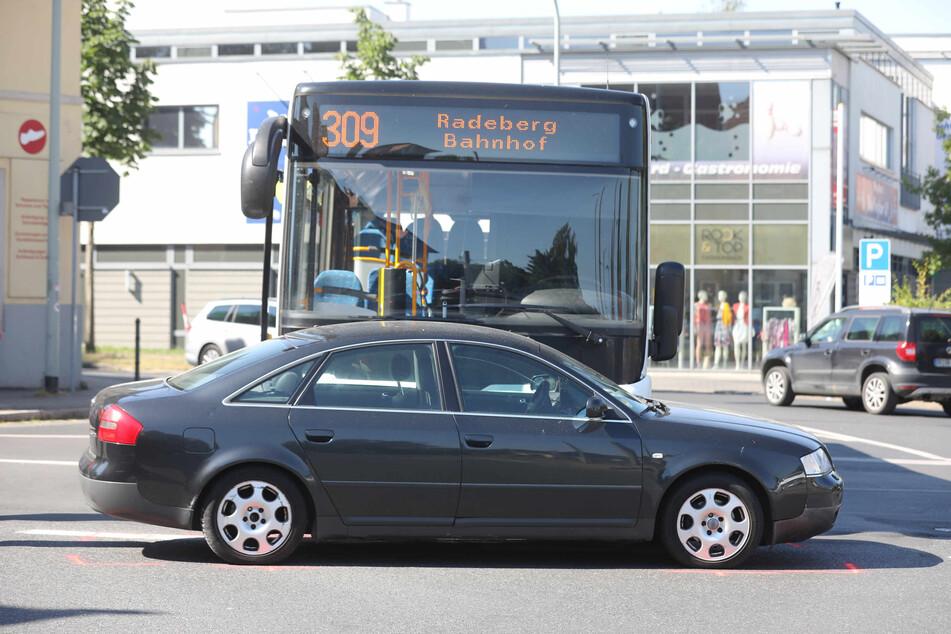 Der Bus hat den Audi frontal in die Seite getroffen.