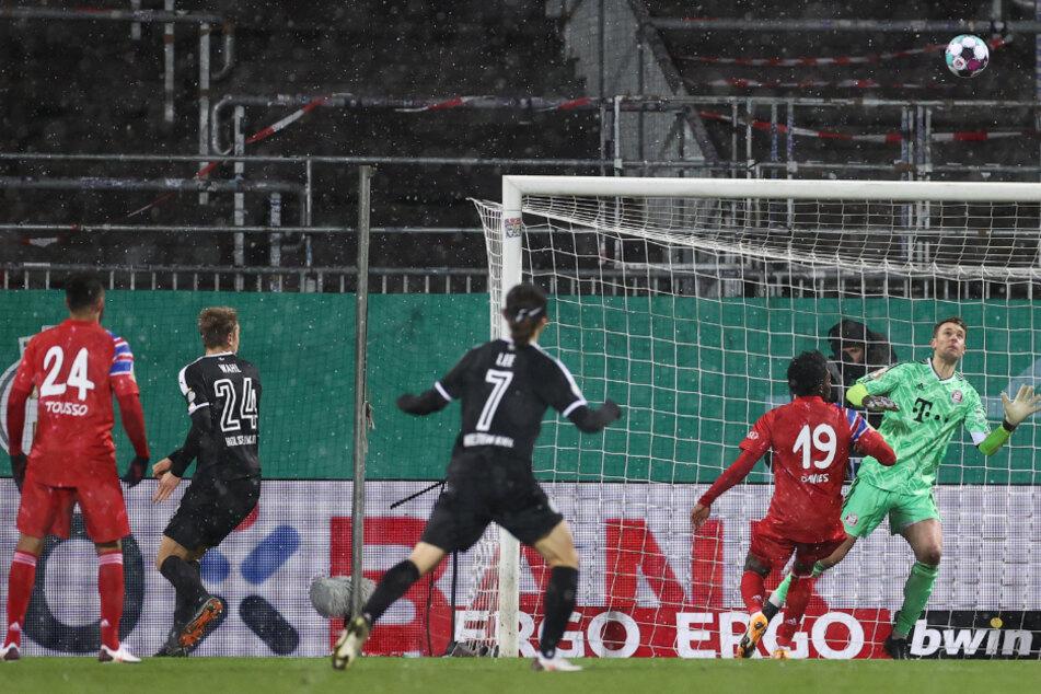 Kiels Hauke Wahl (2.vl) erzielt das Last-Minute-Tor zum 2:2 und rettet seine Mannschaft in die Verlängerung.