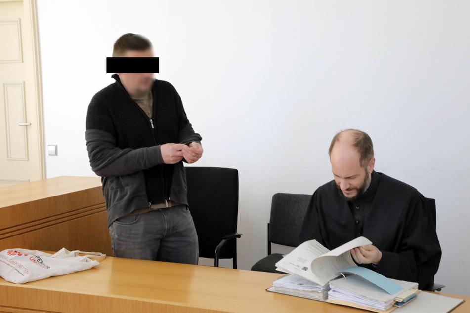 Dirk V. (42, l.) ist unter anderem wegen Volksverhetzung verurteilt, Verteidiger Martin Kohlmann (43) legte Berufung ein.