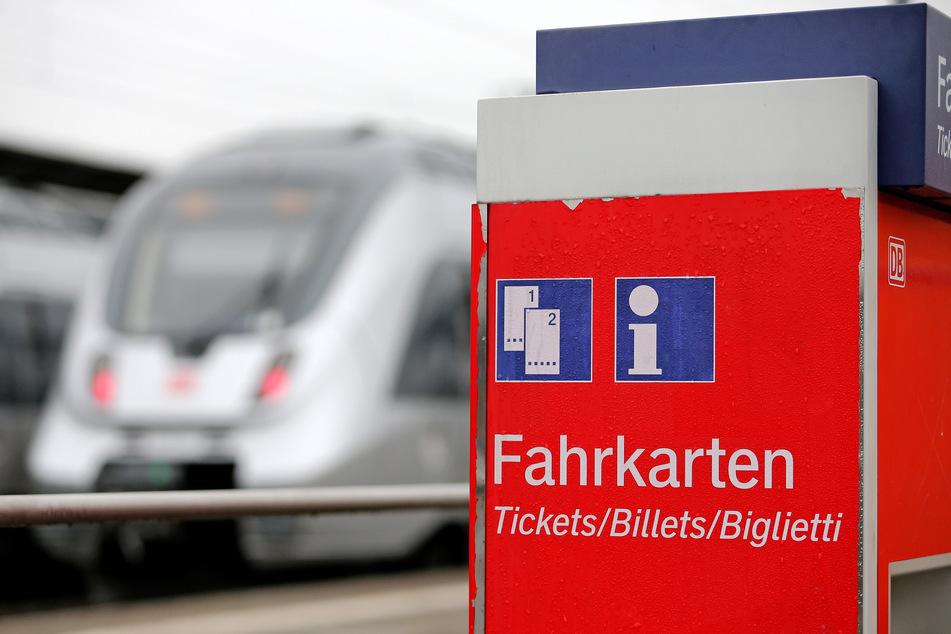 Ein Fahrkartenautomat steht auf einem Bahnsteig, im Hintergrund zwei Regionalbahnen. Kunden der Deutschen Bahn sollen von der geplanten vorübergehenden Senkung der Mehrwertsteuer profitieren.