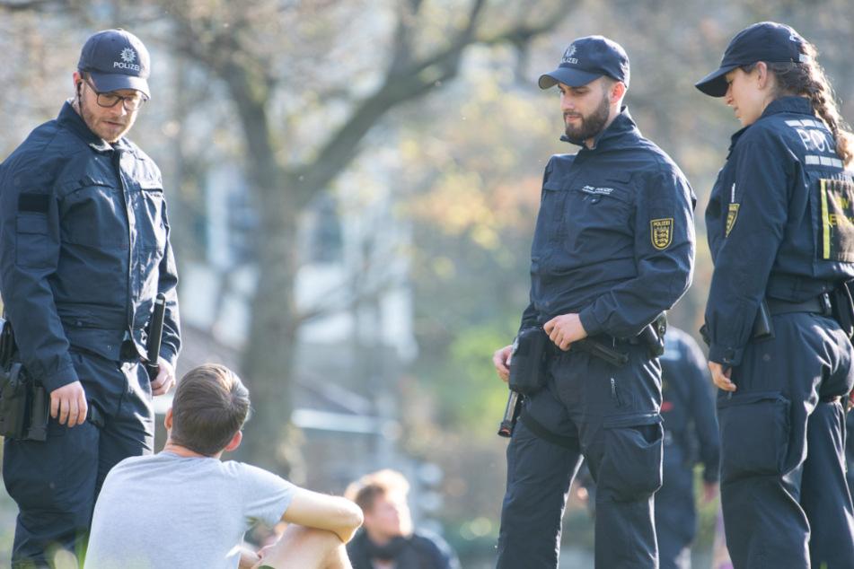 Beamte sprechen Leute im Park an.